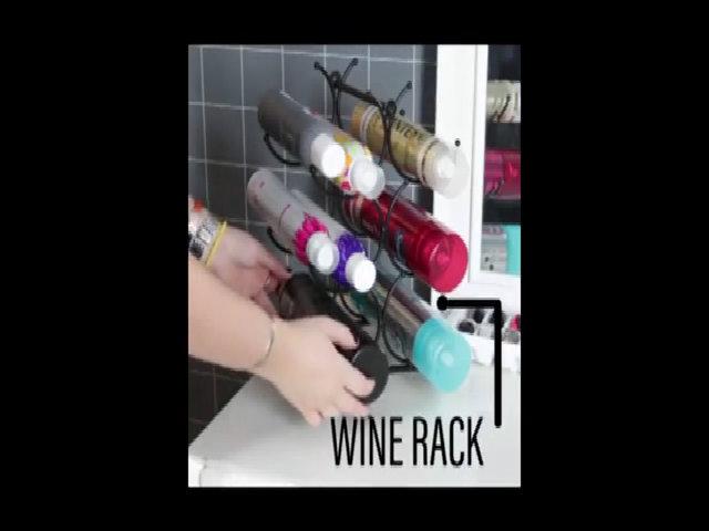 Xếp các lọ nước dưỡng da... lên giá đựng rượu vang