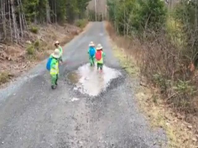Bầy trẻ nô đùa với vũng nước đọng