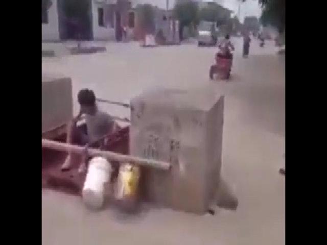 Chàng trai ngã chỏng vó khi quá giang xe