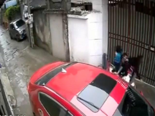 Mở cửa ô tô bất cẩn làm cả nhà ngã sấp mặt