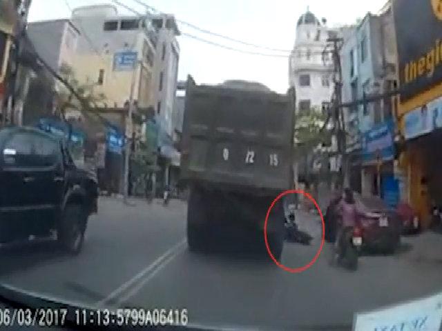Mở cửa ôtô quệt hai mẹ con suýt văng vào gầm xe tải