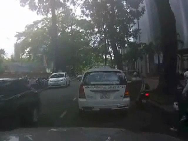 Mở cửa taxi hất xe máy ngã văng