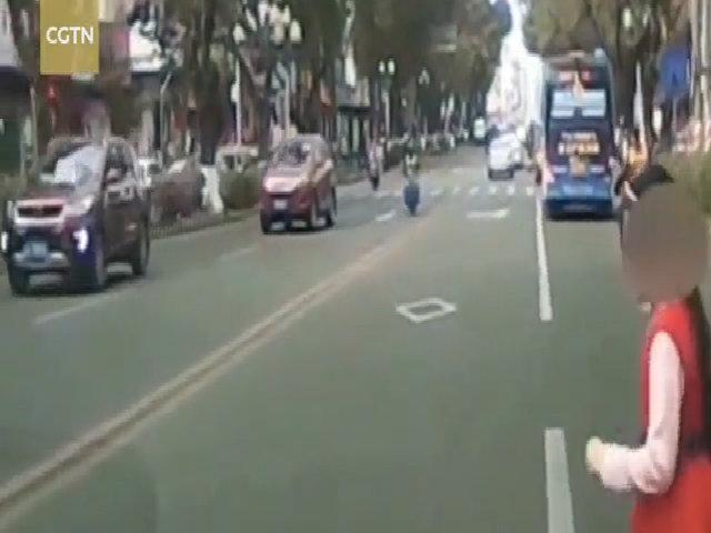 Bố và mẹ kế bắt con gái 8 tuổi lao vào ô tô đang chạy để tống tiền