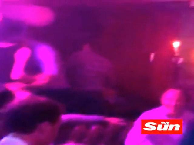 Hoàng tử William đặt tay lên eo phụ nữ lạ trong hộp đêm