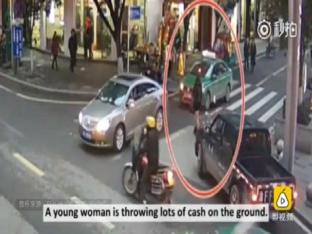 Cô gái Trung Quốc chán đời ném tiền xuống ngã tư đường