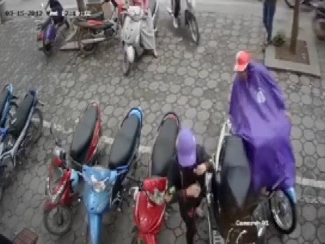 Trộm dùng chiêu mặc áo mưa để móc túi xách trong cốp xe máy
