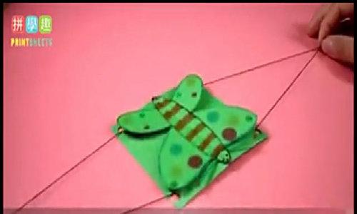 Con bướm giấy bay bay