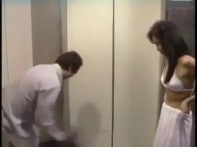 Mắc bẫy mỹ nhân trong thang máy