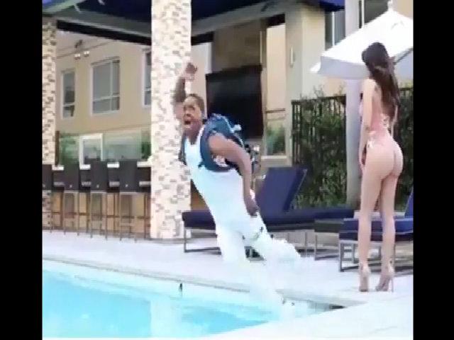 Chàng trai tá hỏa khi thấy nhan sắc người đẹp bikini