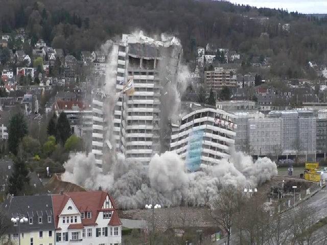 Tòa nhà cao 60 m tan thành tro bụi trong vài giây