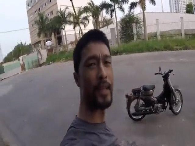 Johnny Trí Nguyễn chạy thử Honda Cub tự phục chế