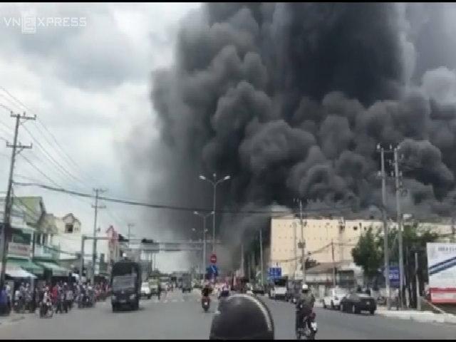 Khói lửa bao trùm tòa nhà 5 tầng của công ty may ở Cần Thơ