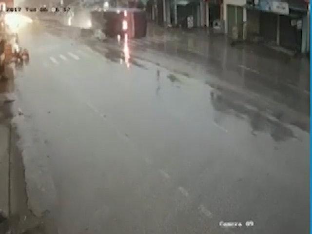 Xe tải 'cày nát' con lươn, lật ngang giữa đường