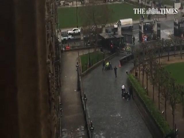 Cổng quốc hội Anh mở toang khi kẻ tấn công đâm chết cảnh sát