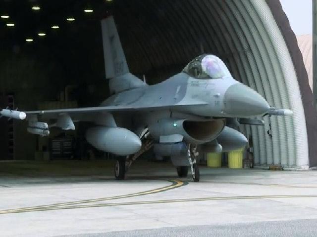Nghi ngờ sự cố, phi công F-16 Mỹ đánh mất thùng dầu phụ