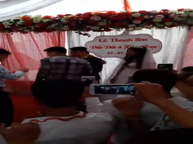 Chú rể Hà Nội đeo vòng vàng kín cổ trong đám cưới