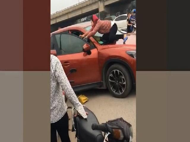 Người phụ nữ nhảy lên capô đánh ghen 'cô gái bằng tuổi cháu'
