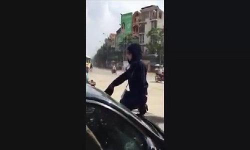 Phụ nữ nhảy lên nóc ôtô đánh ghen gây náo động đường phố