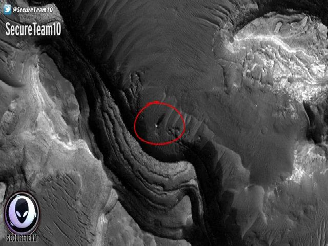 Quả cầu lạ đổ bóng khổng lồ trên bề mặt sao Hỏa