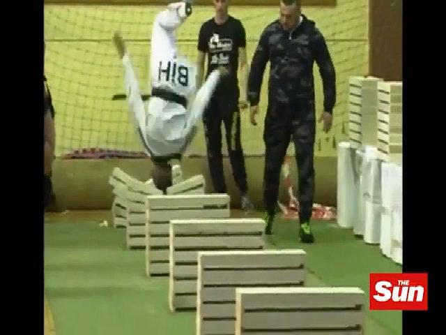 Thiếu niên Taekwondo lập kỷ lục dùng đầu đập vỡ 111 khối bê tông