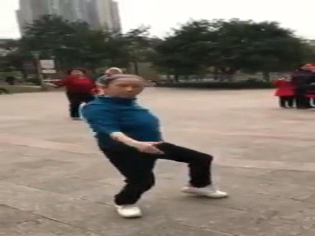 Cụ bà trổ tài nhảy múa giữa công viên
