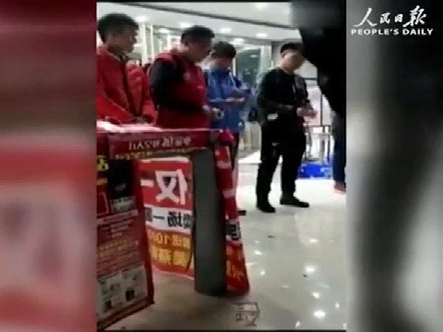 Nữ quản lý Trung Quốc bắt nhân viên xé tiền mệnh giá 100 tệ