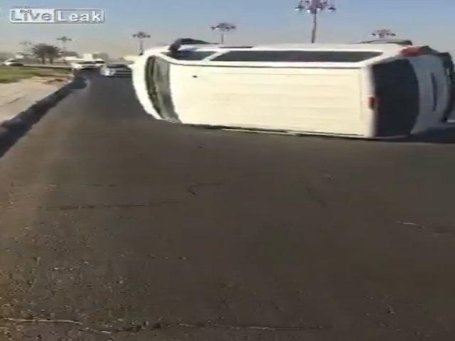 Ôtô đua tốc độ lao vào xe bồn, lật nghiêng