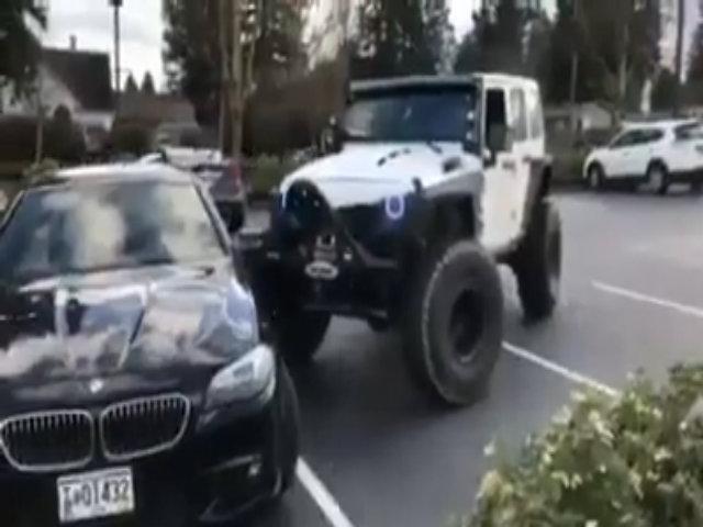 Tài xế xe địa hình ủi móp xe BMW đỗ chiếm chỗ