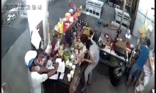 Thanh niên giả vờ ăn vụng để trộm điện thoại