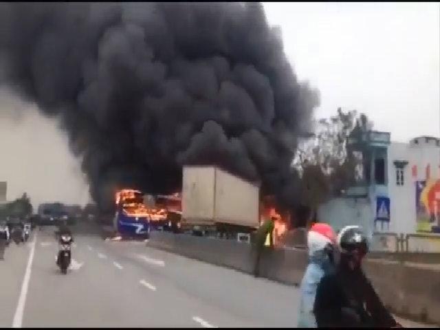 Xe khách cháy rụi sau cú đấu đầu container