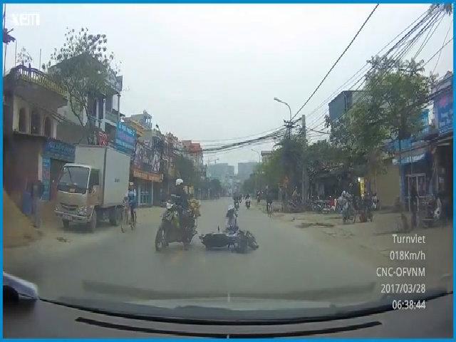 Đút tay vào áo lái xe, cô gái bị xe máy tông ngã