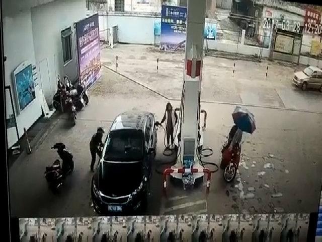 Người đàn ông lao xe máy vào tường sau khi trộm đồ của nữ tài xế