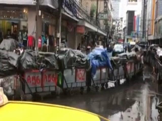 Ôtô kéo chuỗi thùng hàng dài miên man