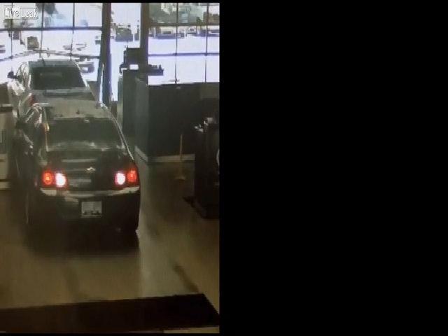 Cụ ông nhầm chân ga, húc xe khác trong garage