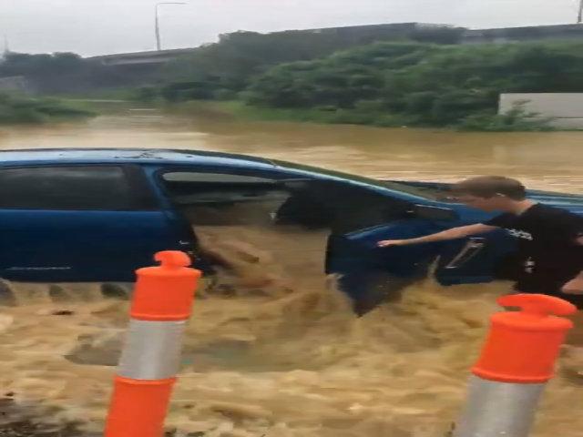 Nước đầy ứ cabin, ôtô bị thả trôi trở lại đường ngập nước