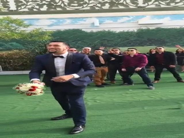Quý ông bỏ chạy tán loạn vì sợ nhận được hoa cưới