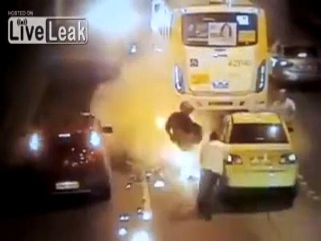 Biker cháy quần khi ngã xe
