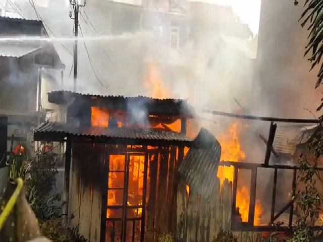 Lửa bốc cháy dữ dội thiêu rụi một căn nhà ở Đà Lạt