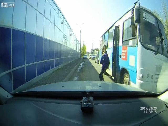 Người phụ nữ ngã đập vào ôtô khi xuống xe buýt
