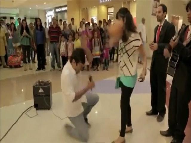 Bị bạn gái đánh vào đầu vì cầu hôn lãng mạn
