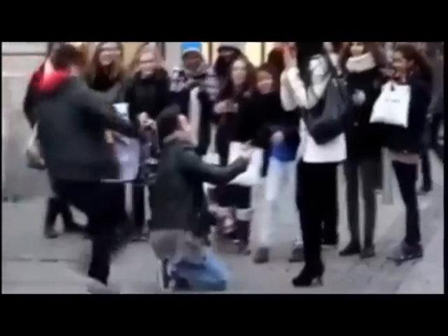Bị cướp nhẫn cầu hôn giữa phố