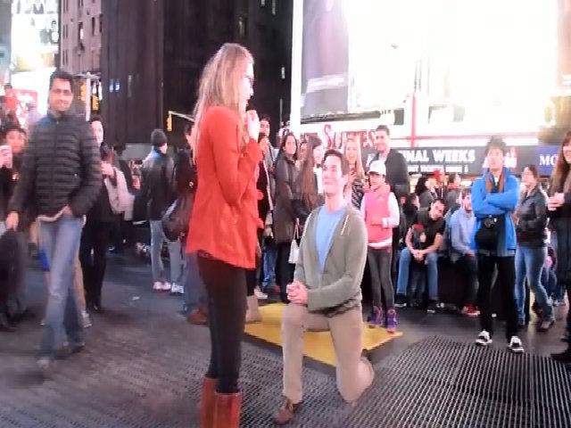 Cô gái bỏ chạy khi được cầu hôn giữa quảng trường