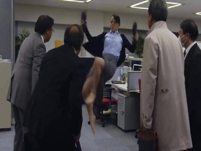 Người đẹp Nhật tung cước hạ gục sếp ngay tại văn phòng