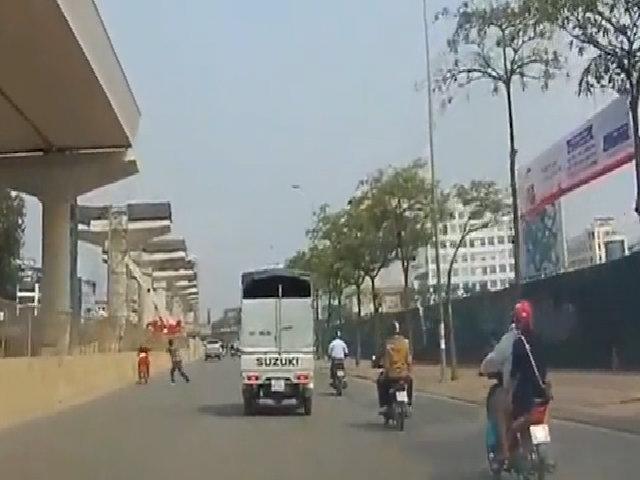 Quái xế chạy xe máy ngược chiều bị phang gậy sau lưng