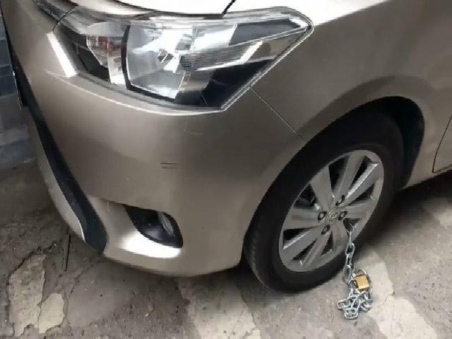 Hai ôtô bị xích lốp vì đậu xe sai chỗ ở Hà Nội