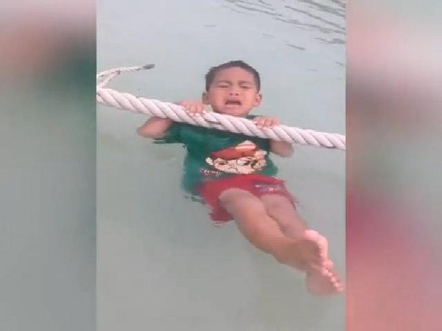 Cậu bé khóc thét vì tưởng bị thả xuống hồ nước sâu