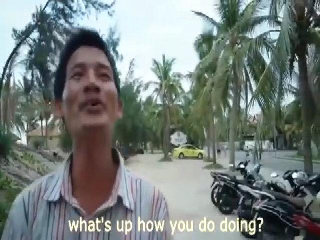 Người giữ xe hát 'Về đâu mái tóc người thương' bằng tiếng Anh hài hước
