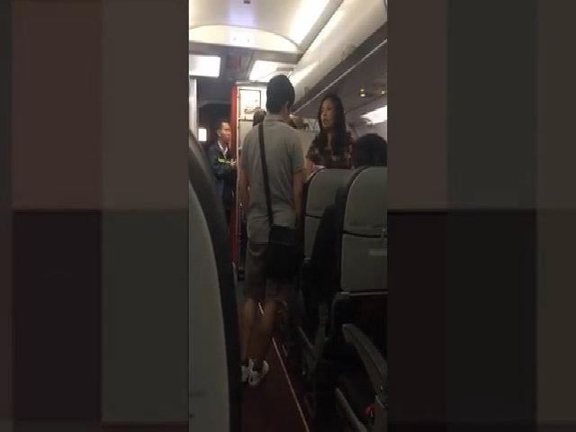 Nữ hành khách bị đuổi xuống máy bay vì mắng tiếp viên