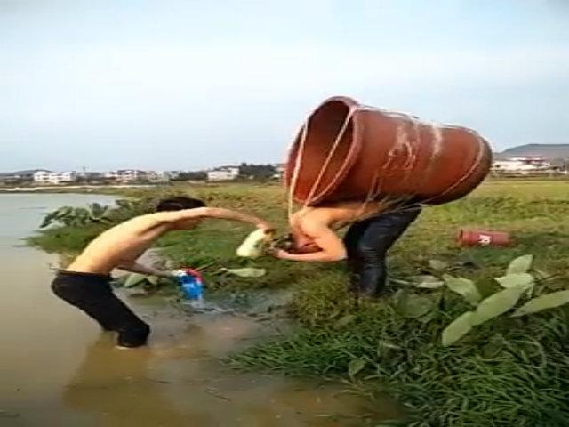 Ngã xuống sông vì mang xô lớn đi gội đầu