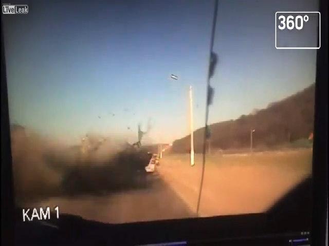 Nối đuôi vượt lấn làn, ôtô bị xe tải đâm vỡ tan